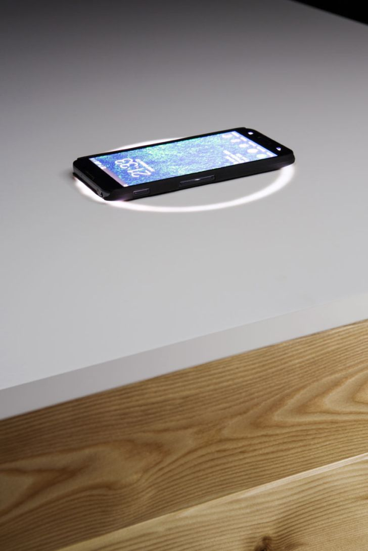 High Tech Office Desk Katedra with Wireless Phone Charger by Desnahemisfera