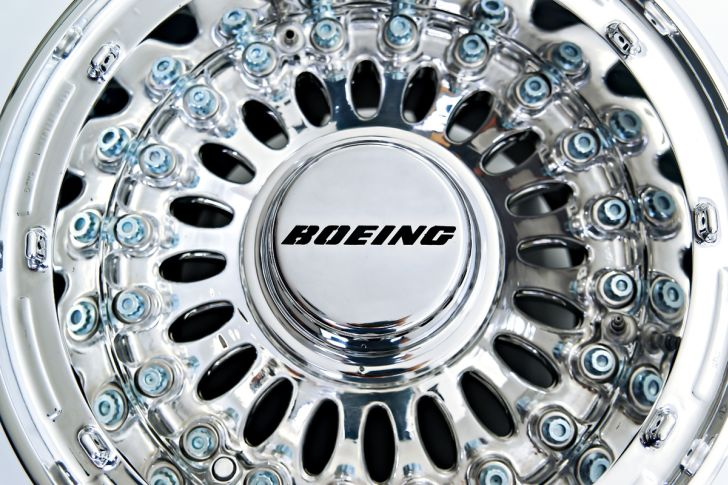 Boeing 777 Wheel Coffee Table Silver Round Coffee Table with Glasstop made from Boeing 777 Wheel