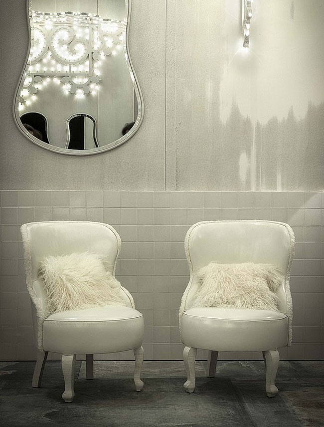 White Living Room Furniture Guitar Shaped Mirror with White Flufy Chairs