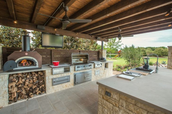 outdoor kitchen design- outdoor-kitchen-pizza-oven-white-stone-brick-ceiling-fan