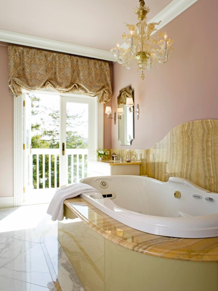 bathroom-chandelier-lighting-spacious-bathroom_with_elegant-crystal-chandelier_with_marble-Floor_modern-bathub-design