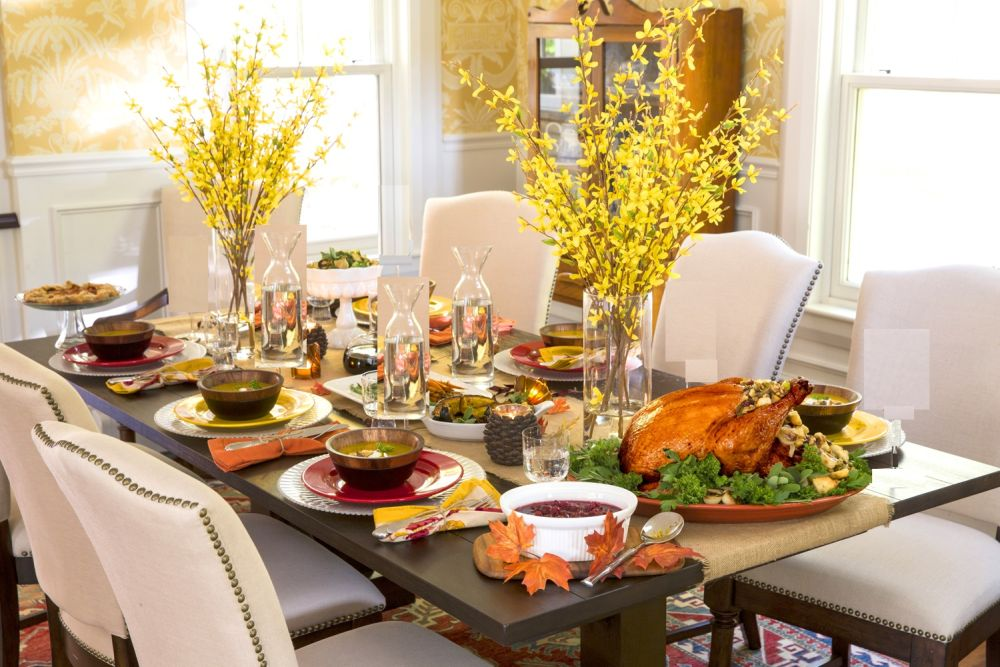 inviting thanksgiving table with colored plants on the table and roasted turkey thanksgiving table decoration ideas – how to close the fall fashionably